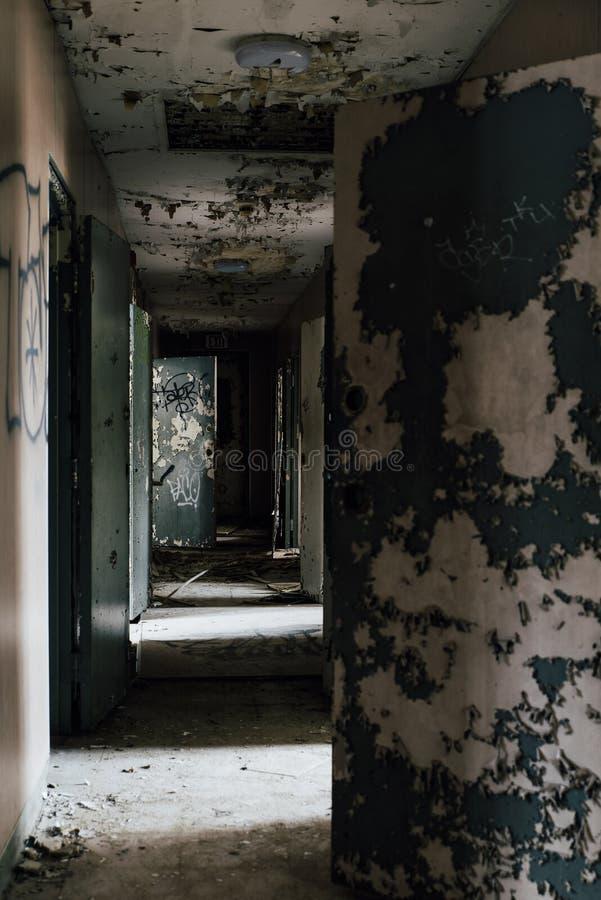 Straszny korytarz z otwarte drzwi Pennsylwania - Zaniechana Sleighton gospodarstwa rolnego szkoła - fotografia royalty free