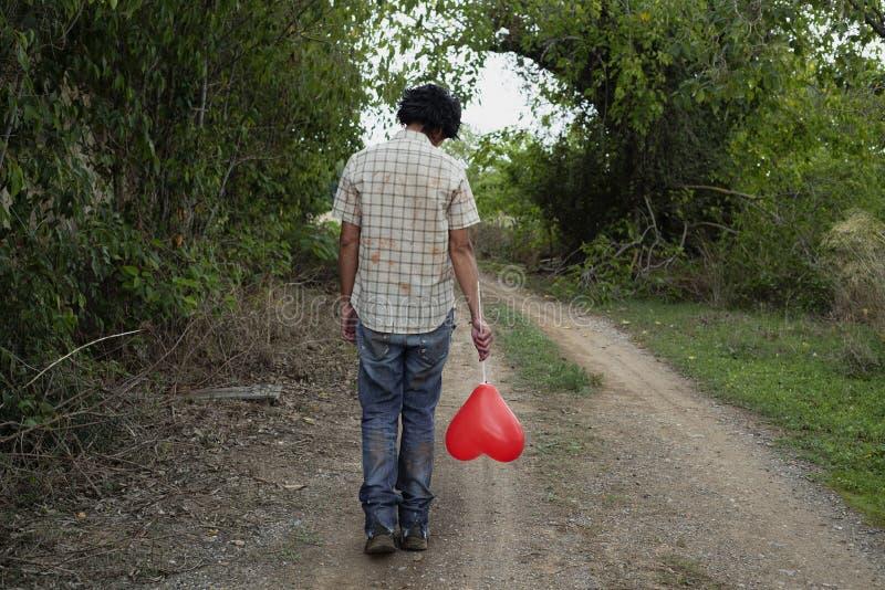 Straszny mężczyzna z sercowatym balonem zdjęcie royalty free