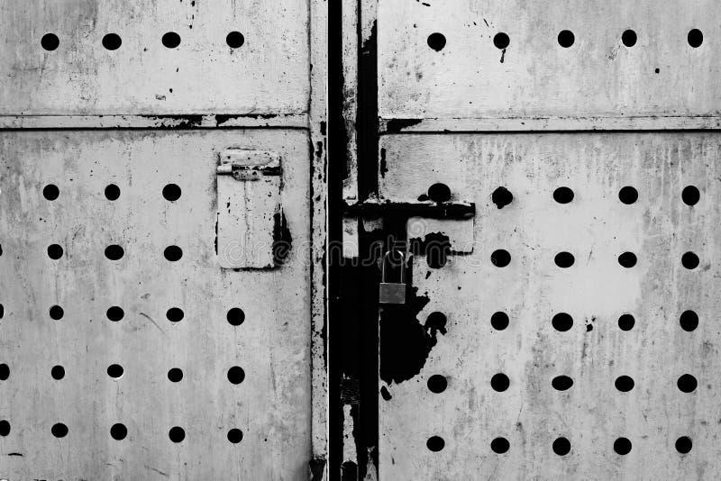 Straszny ośniedziały metalu drzwi z drzwi blokującym dołączającym obraz stock