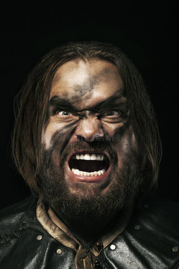 Straszny Viking w opancerzeniu na czarnym tle fotografia royalty free