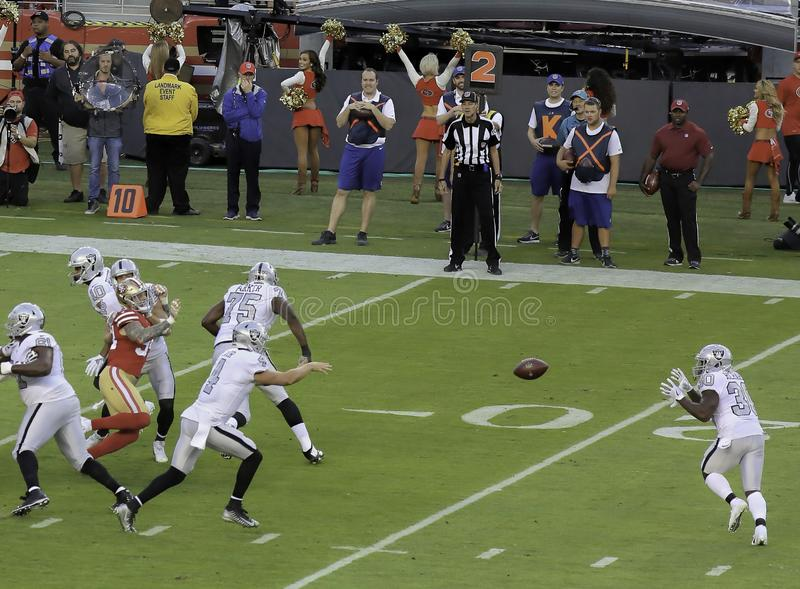 Stratège Derek Carr Pitches Out d'Oakland Raiders au running back image stock