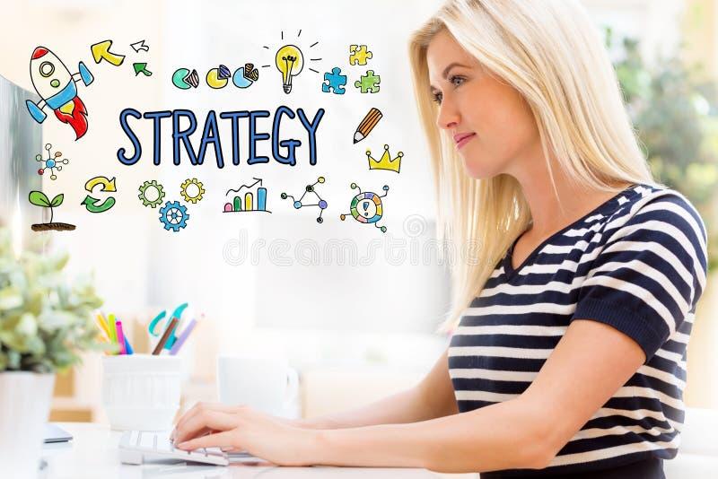 Stratégie avec la jeune femme heureuse devant l'ordinateur images stock
