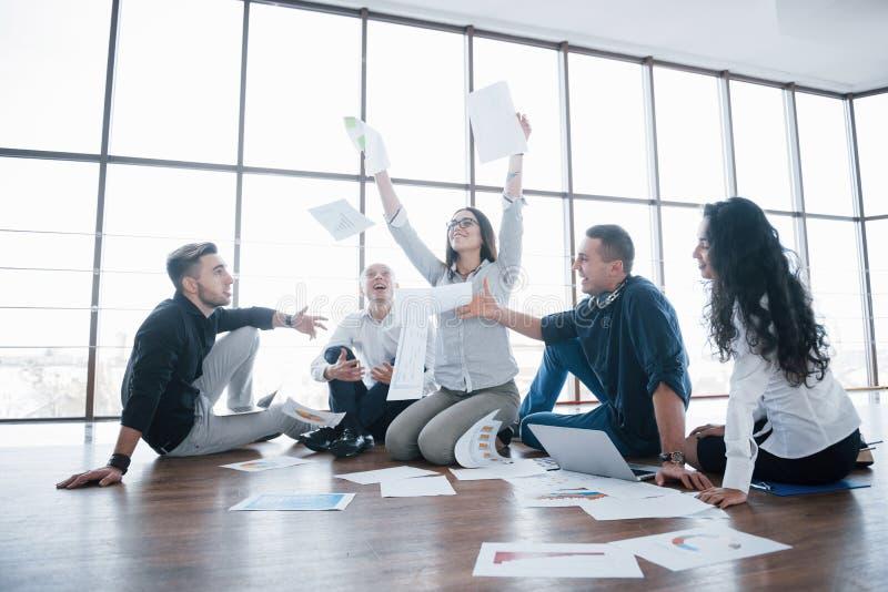 Stratégie de succès ensemble Collègues gais d'affaires jetant des papiers en l'air au bureau créatif Coopération d'entreprise images libres de droits