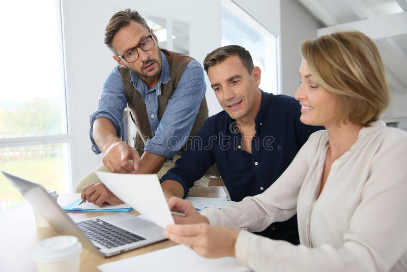 Strategi för finans för affärsfolk talande arkivbild