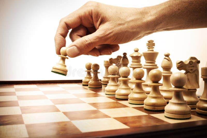 strategi för flyttning för affärsschackhand arkivbilder