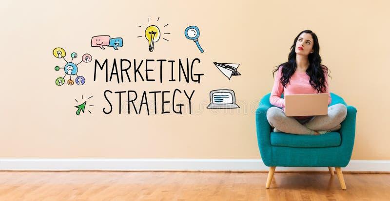 Strategia di marketing con la donna che per mezzo di un computer portatile fotografia stock