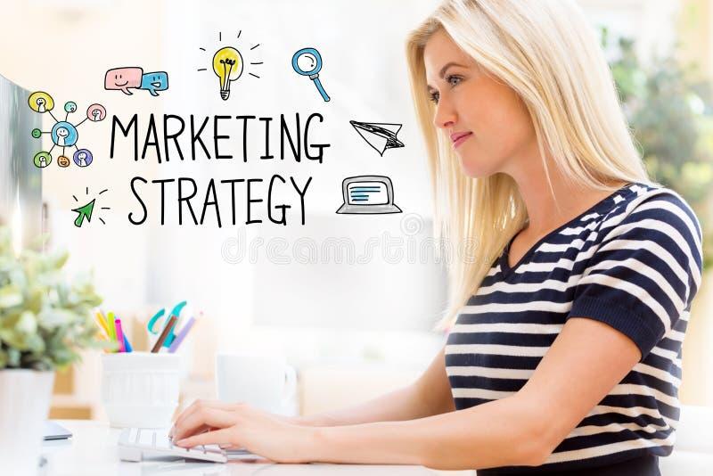Strategia di marketing con la giovane donna felice davanti al computer fotografia stock