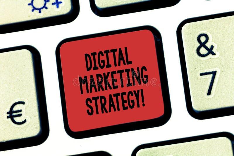 Strategia di marketing di Digital del testo di scrittura di parola Concetto di affari per le azioni che contribuiscono a raggiung fotografia stock