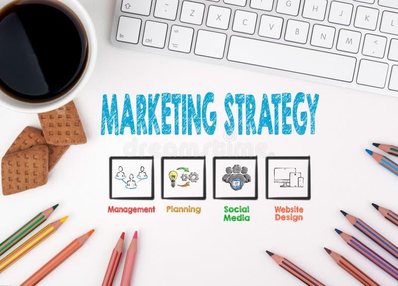 Strategia Marketingowa Komputerowa klawiatura i kawowy kubek na białym stole obraz royalty free
