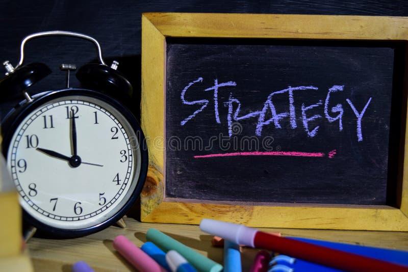 Strategia su scritto a mano variopinto di frase sulla lavagna Formazione e concetto di affari immagine stock libera da diritti