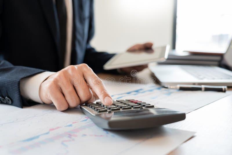 strategii analizy poj?cie, biznesmen pracuje pieni??nego kierownika Bada Proces ksi?gowo?? kalkuluje analizuje targowego wykres zdjęcia royalty free