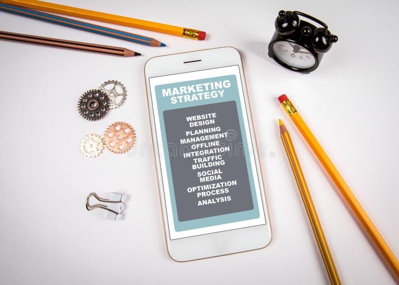 Strategii marketingowej poj?cie Smartphone na bielu stole obraz royalty free