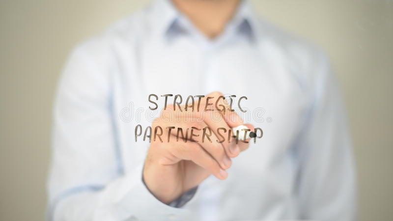 Strategisch partnerschap, Mens die op het Transparante Scherm schrijven stock fotografie