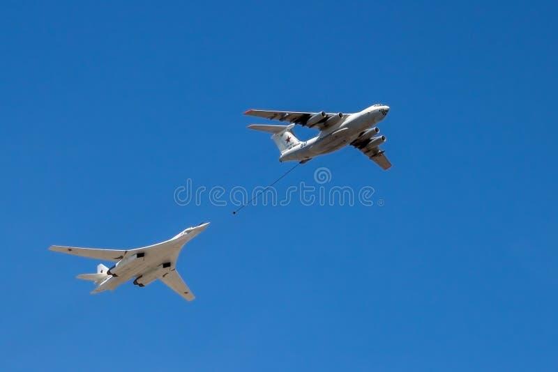 Strategischer Bomber und Tankflugzeug im Flug lizenzfreie stockfotografie