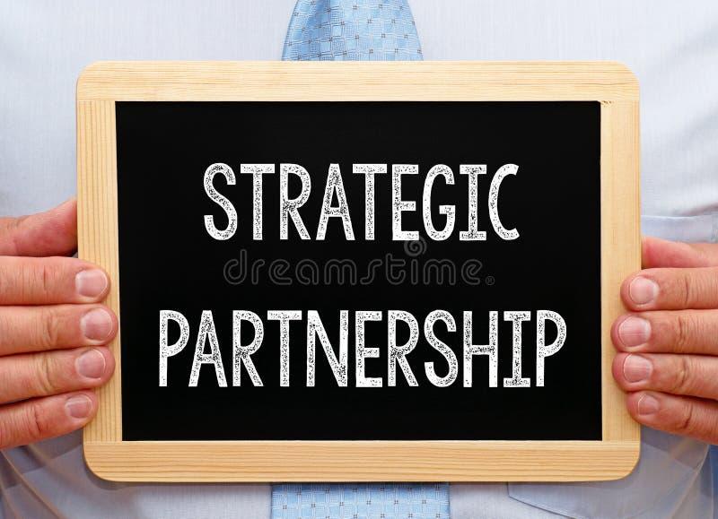Strategiskt partnerskap - affärsman med den svart tavlan royaltyfri fotografi