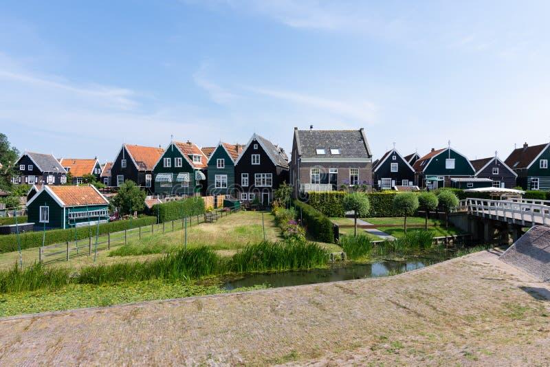 Straten en huizen van Marken, Nederland, Europa Groene tuinen en blauwe hemel op een zonnige dag stock fotografie