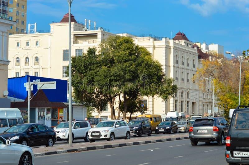 Straten, rijweg, auto's, gebouwen bij middag stock afbeelding