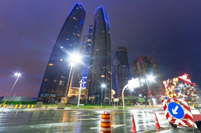 Straten van Abu Dhabi bij nacht, de V.A.E stock fotografie