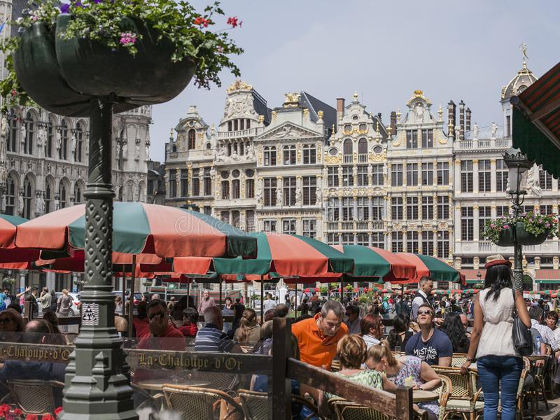 Straten van Brussel, België, Europa - zonnige dag in het centrum stock afbeeldingen