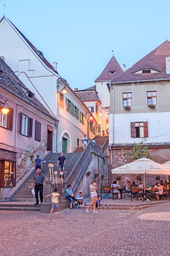 Straten van de stad van de binnenstad met restaurants en oude gebouwen, Transsylvanië royalty-vrije stock afbeelding