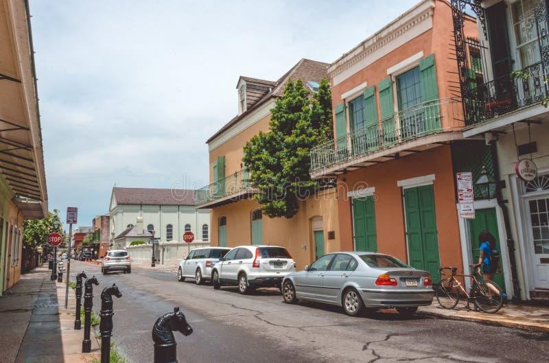 Straten van het oude Franse Kwart in New Orleans, Louisiane Voetgangers in de straten van oud New Orleans stock afbeelding