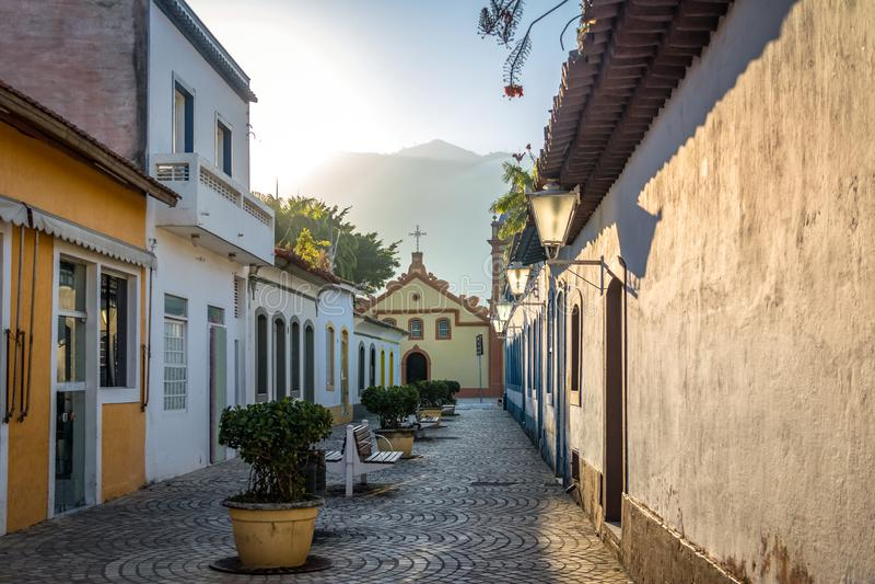 Straten van historisch van de binnenstad en Sao Sebastiao Church - Sao Sebastiao, Sao Paulo, Brazilië royalty-vrije stock afbeeldingen
