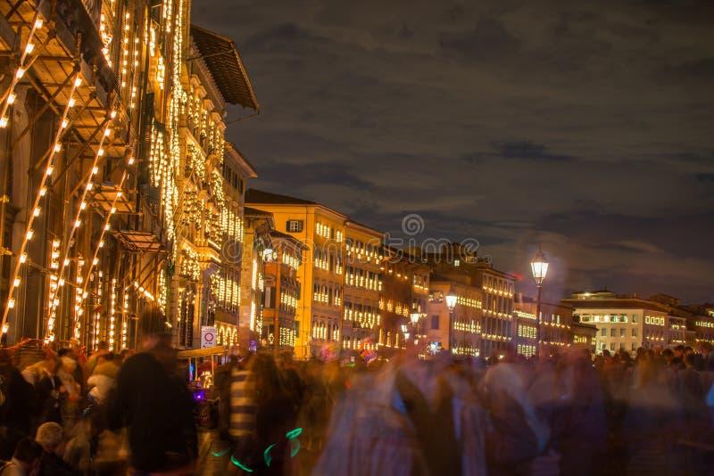 Straten van Pisa tijdens Patroonheiligefestival, beroemde Luminara binnen stock foto's