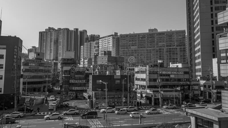 Stratengebouwen en verkeer in zwart-wit Seoel stock afbeelding