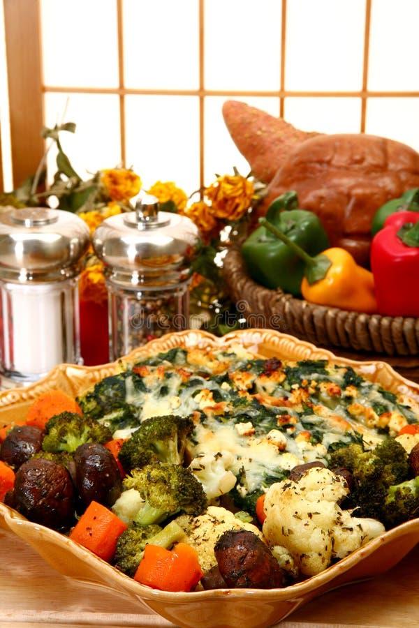 Strates de feta d'épinards et légumes cuits au four par herbe photographie stock libre de droits