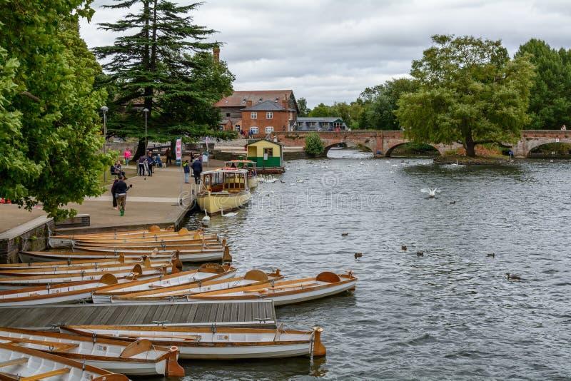 Stratford Upon Avon, Reino Unido - 12 de julio, puente sobre la A imagenes de archivo