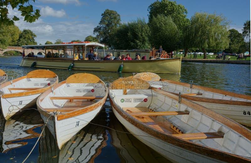 Stratford-sobre-Avon Travesía del río y barcos que reman imágenes de archivo libres de regalías