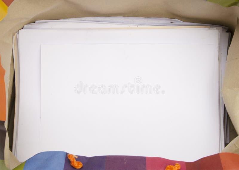 Strati bianchi in bianco nel telaio del sacco di carta immagine stock libera da diritti