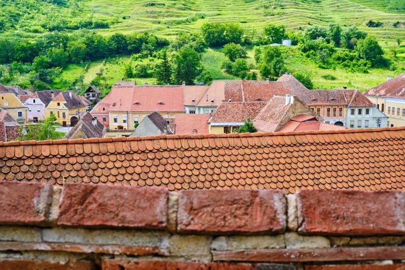 Strati dei tetti tradizionali della casa in Biertan, la Transilvania, Romania La vista scenica dalle pareti superiori di Biertan  fotografia stock libera da diritti
