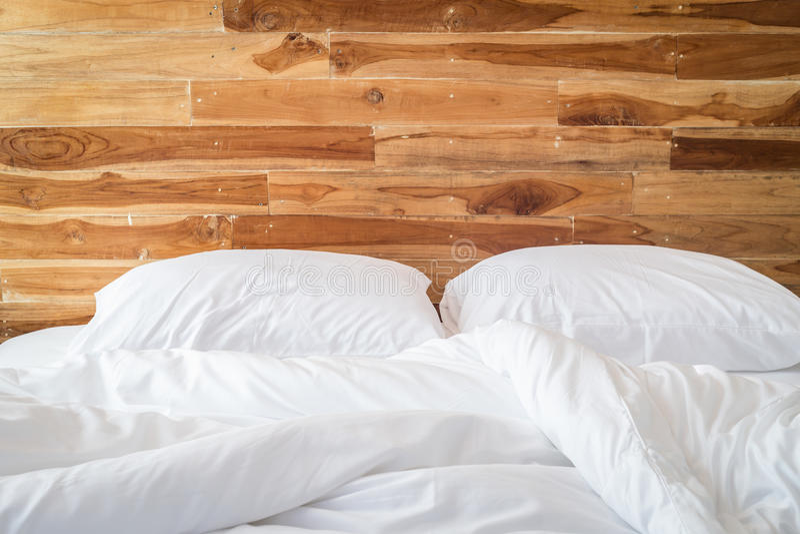Strati della lettiera e cuscino bianchi, concetto sudicio del letto fotografia stock