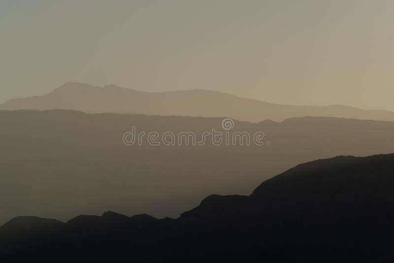 Strati della montagna della gamma andina della pre-montagna di precordillera e della Cordigliera al tramonto, San Juan, Argentina fotografia stock libera da diritti