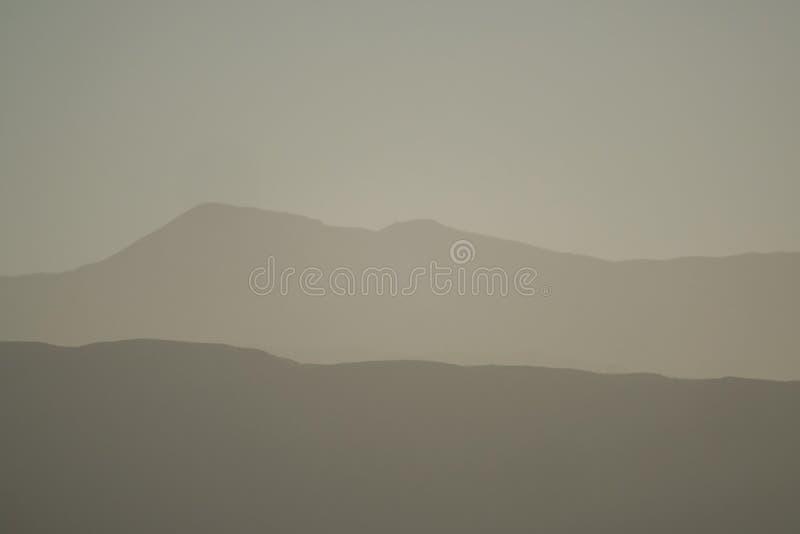 Strati della montagna della gamma andina della pre-montagna di precordillera e della Cordigliera al tramonto, San Juan, Argentina immagine stock libera da diritti