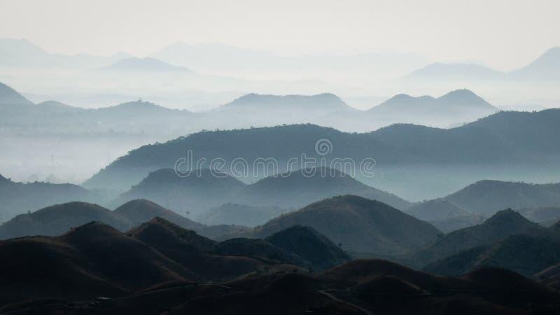 Strati della montagna vicino a Udaipur, Ragiastan fotografie stock libere da diritti