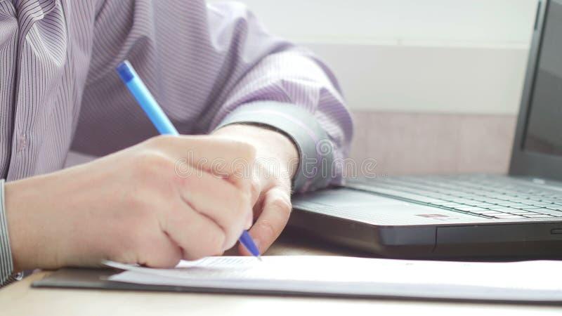Strati di firma dell'uomo d'affari del contratto immagini stock