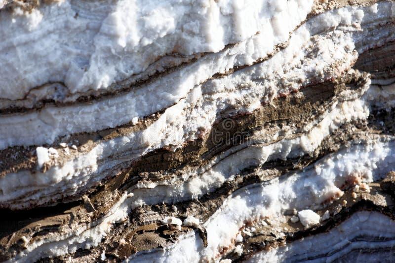 Stratification des gisements de sel et de boue dans le stockage alternatif sur les banques de la mer morte en Jordanie image libre de droits