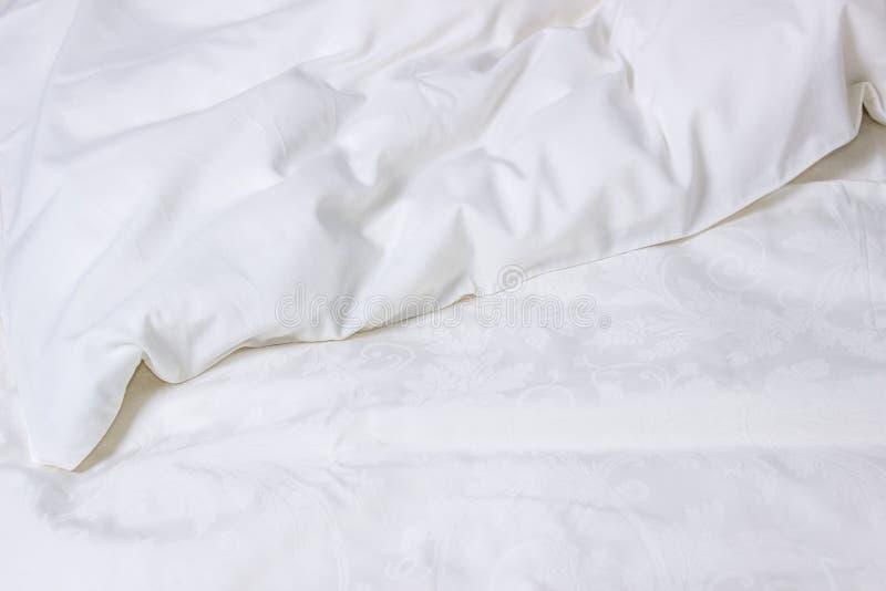 Stratificazione bianca Coperta sgualcita, fondo fotografie stock libere da diritti
