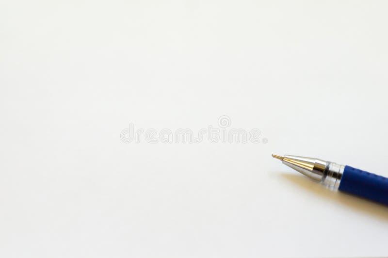 Strato bianco con una penna a sfera blu Posto per qualsiasi iscrizione immagini stock