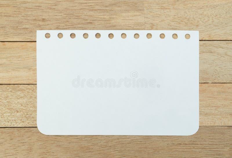 Strato in bianco del taccuino su fondo di legno immagini stock