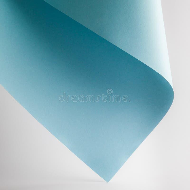 strato colorato della carta blu su fondo grigio immagine stock libera da diritti