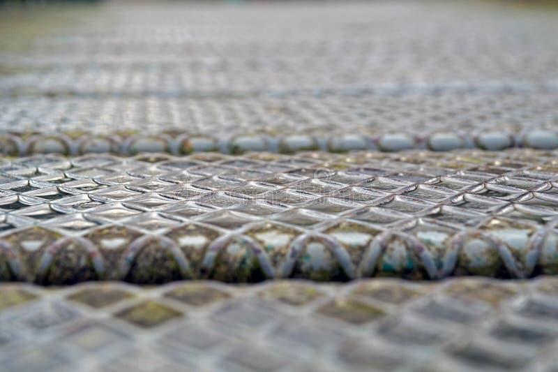 Strato del pavimento del metallo di slittamento del piatto d'acciaio vecchio, struttura arrugginita, metallica, fondo di industri fotografie stock