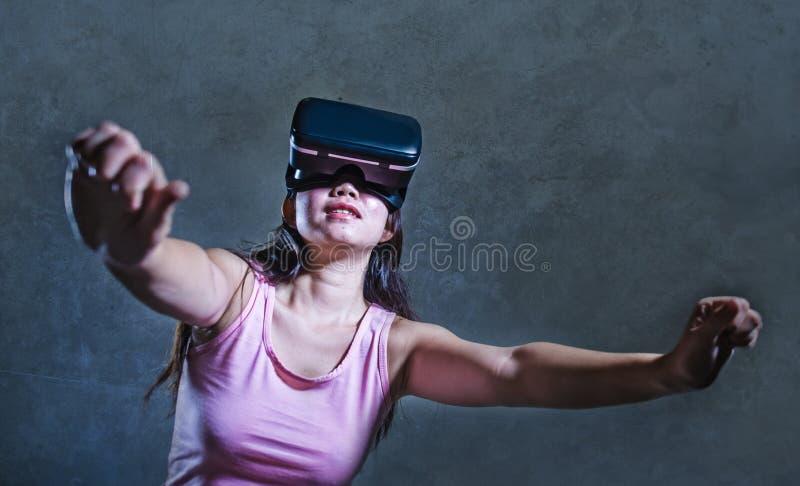 Strato del sofà della giovane donna a casa che gioca video gioco facendo uso degli occhiali di protezione di realtà virtuale di V immagini stock