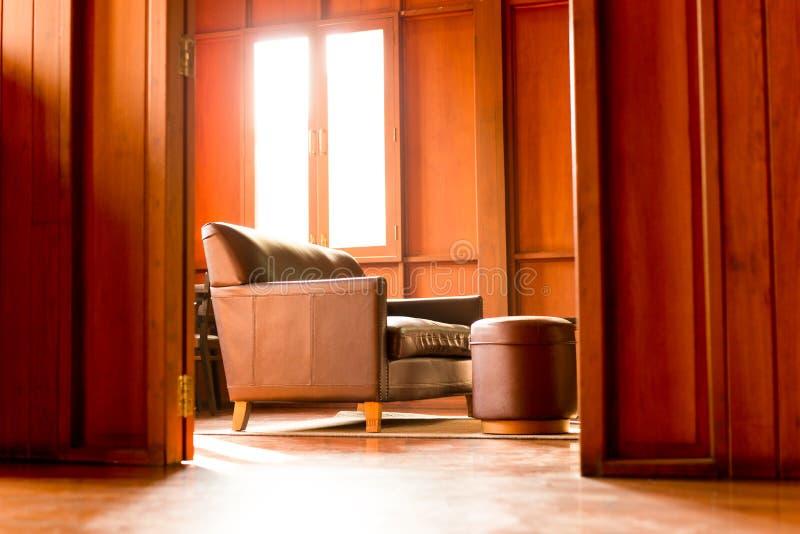 Strato di Brown sul pavimento di legno nel salone fotografie stock libere da diritti