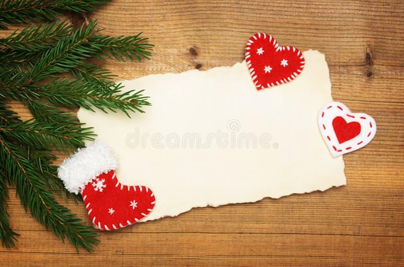 Strato di carta con le decorazioni dell'albero di Natale e del feltro fotografia stock libera da diritti