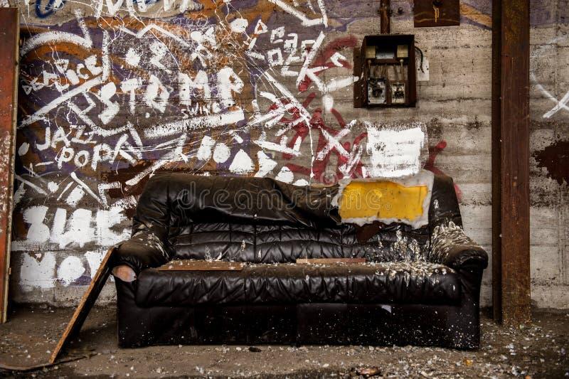 Strato di cuoio nocivo e sporco dentro il corridoio industriale immagini stock