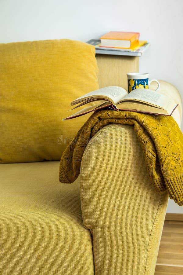 Strato giallo interno del velluto a coste del salone con il cuscino, tricottato immagine stock libera da diritti