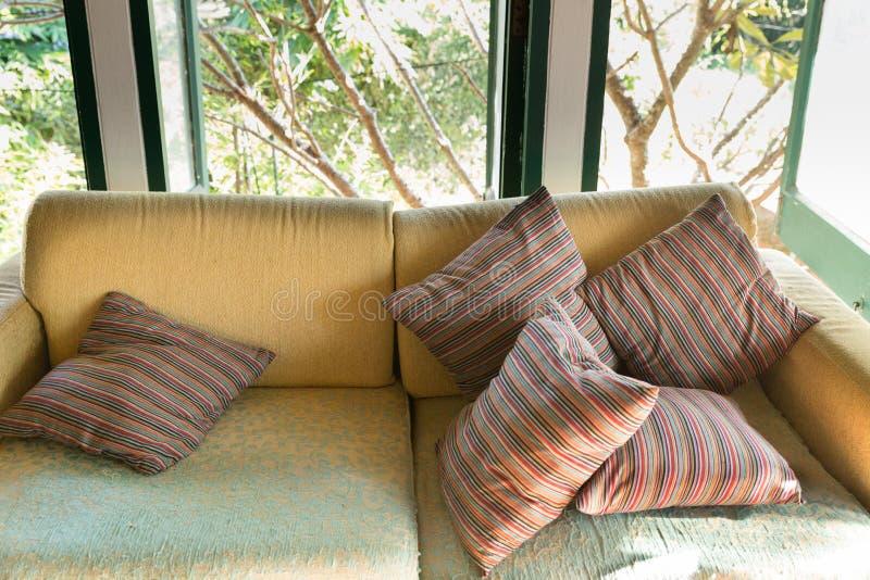 strato marrone del sofà in salone vicino alla finestra fotografie stock